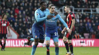 Jugadores del Arsenal festejan una anotación