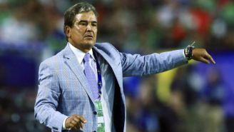 Pinto lanza una indicación en el juego entre Honduras y México en la Copa Oro