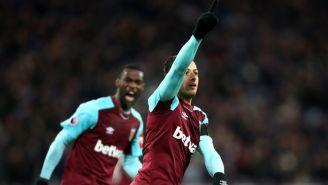 Chicharito celebra su anotación en Premier League