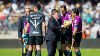 Miguel Herrera le reclama a los árbitros durante el partido en CU