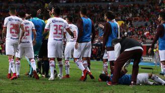 Jugadores de Toluca le reclaman al árbitro la agresión