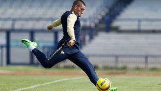 Nicolás Castillo, a punto de rematar durante un entrenamiento