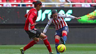Brenda Viramontes controla el balón en un juego con Chivas