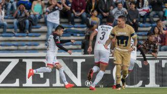 Jugadores de Lobos BUAP festeja su gol detrás de Nico Castillo