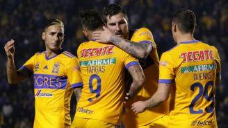 Vargas festeja con Gignac su gol contra Tuzos en el C2018
