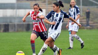 Mariana Cadena y Andrea Castellanos luchan por el balón