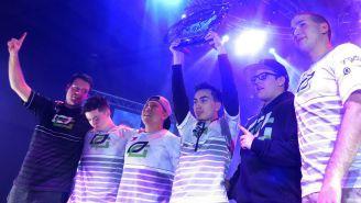 Los jugadores de OpTic Gaming levantan el trofeo de campeón