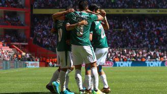 Jugadores de Chivas en celebración de gol
