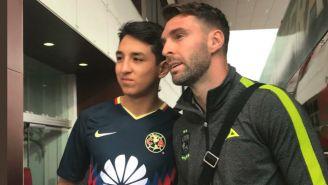Aficionado del América se retrata con Mauro Boselli