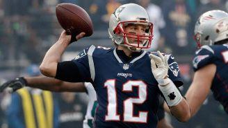 Tom Brady manda un pase en un juego de Patriots