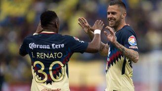 Ménez celebra con Ibarra tras anotarle gol a los Lobos