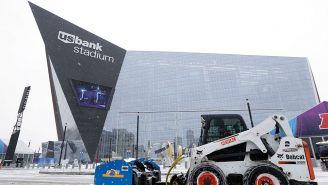 Las inmediaciones del U.S. Bank Stadium se cubrieron de nieve