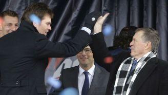 Tom Brady y Belichick durante una conferencia