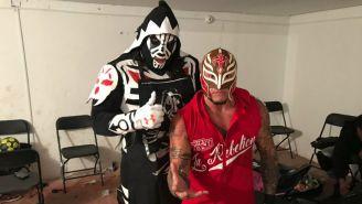 L.A Park posa para la foto con Rey Mysterio antes de subir al ring