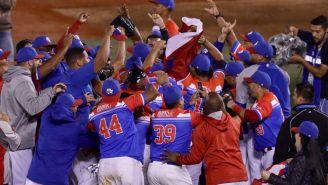 Jugadores de Criollos festejan tras el triunfo