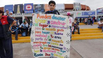 Aficionado que pide apoyo afuera de La Corregidora