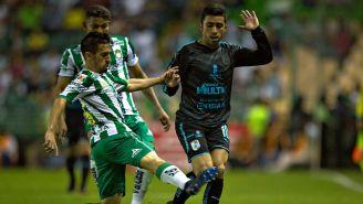 Fernando Navarro y Edson Puch pelean por el balón