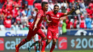 Uribe festeja uno de sus dos goles contra Santos