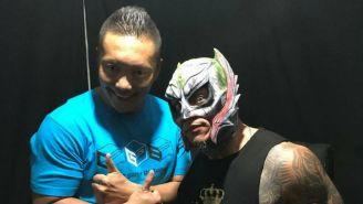 Rey Mysterio y Cima posan para la foto después de su presentación con The Crash