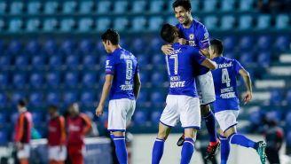 Jugadores de Cruz Azul festejan el gol