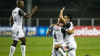 Jugadores de Xolos celebran el gol