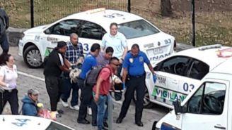 Momento en que se llevan a los heridos durante el tiroteo en UNAM