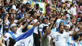 Aficionados alientan al Club Puebla en el Estadio Cuauhtémoc