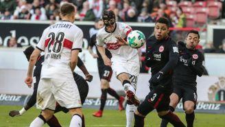 Simon Falette dispara una pelota ante la mirada de los jugadores del Frankfurt
