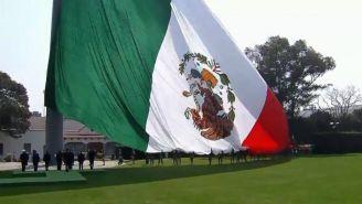 Momento en que es izada la Bandera al revés