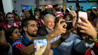 AMLO atiende a sus seguidores durante la campaña a la presidencia