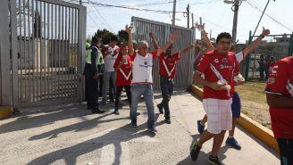 Aficionados de Tiburones ingresan al estadio de Lobos BUAP