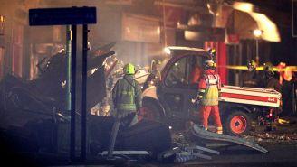 Bomberos trabajan en el lugar del incendio
