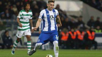 Héctor Herrera da un pase en encuentro frente al Sporting de Lisboa