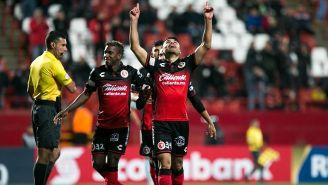 García festeja con sus compañeros el gol de Xolos