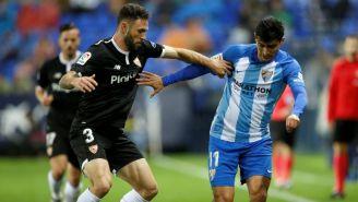 Miguel Layún disputa una pelota con 'Chori' Castro