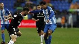 Layún pelea un balón en el partido contra el Málaga