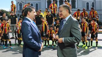 Alberto Castellanos, presidente de la UdeG, en la toma de la foto oficial