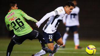 Jaime Toledo pelea un balón con Alan Acosta