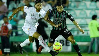 Geremias Melendez y Eduardo Perez disputan el esférico durante el partido de Copa MX