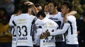 Jugadores de Pumas celebran el gol del Cubo Torres