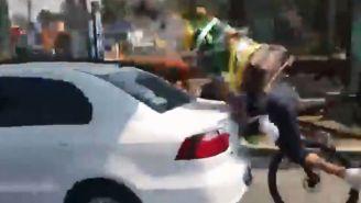 Momento en que el hombre choca contra el auto
