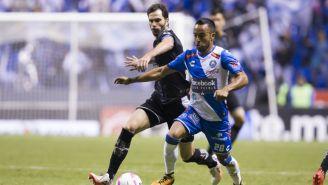 José Basanta y Francisco Torres luchan por el balón