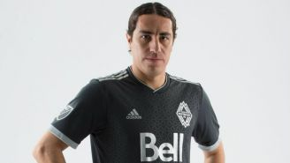Juárez posa con la camiseta del Vancouver Whitecaps
