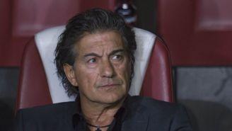 Rubén Omar Romano observa el juego contra Morelia