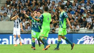 Omar Fernández festeja su gol contra Rayados en el C2018