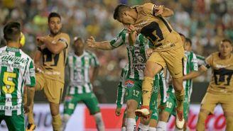 Fuentes cabecea un balón en el juego frente a León