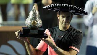 Del Potro sostiene el trofeo de campeón del Abierto Mexicano de Tenis