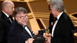 Momento en que Del Toro recibe la estatuilla
