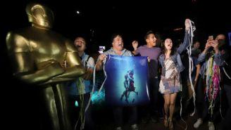 Aficionados asisten a La Minerva para celebrar Oscar de Del Toro