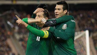 Guardado festeja un gol junto a Chucky Lozano